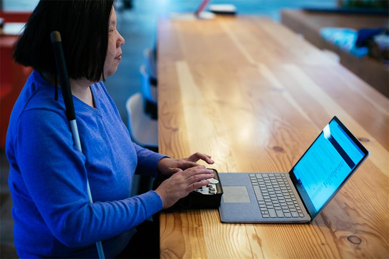 Photo d'une employée de Microsoft, Anne, devant un ordinateur